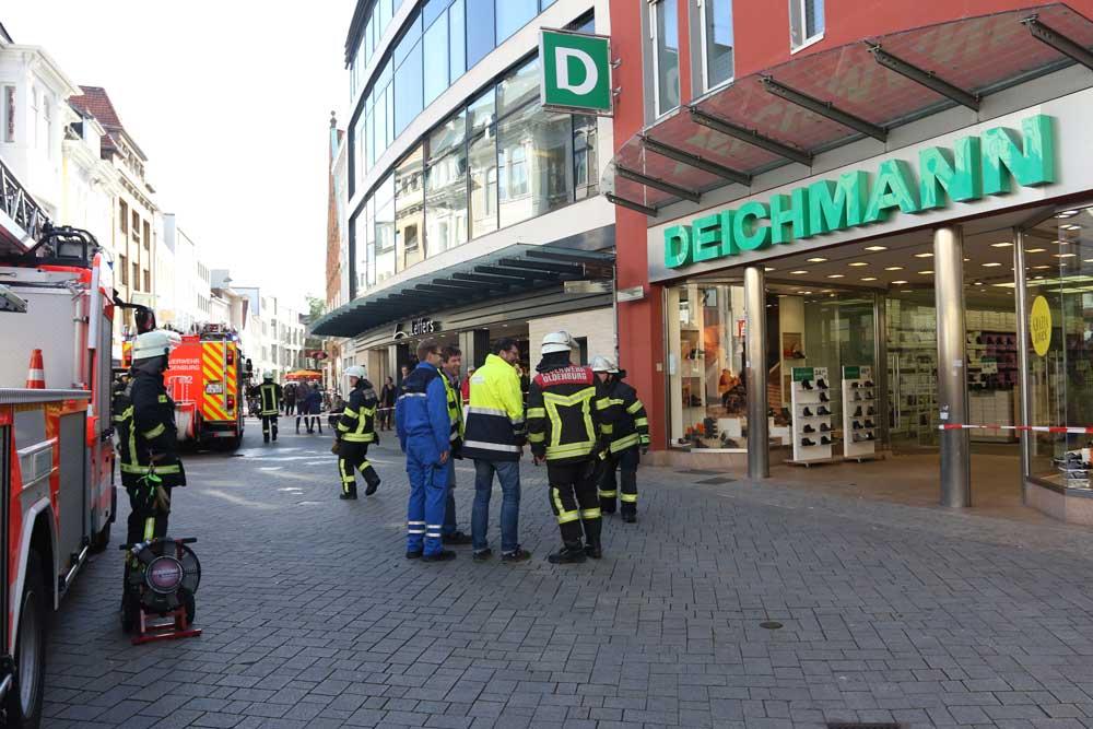 Aufregung in der Innenstadt: Verdächtiger Qualm stieg über dem Haus in der Lange Straße 81 auf.